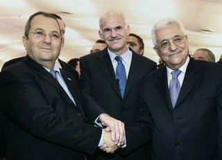 Ο Πρόεδρος της Σοσιαλιστικης διεθνούς με τον Ισραηλινό αρχιδολοφονό δεξιά του και τον Αμπάς των Παλαισυινίων αριστερά του